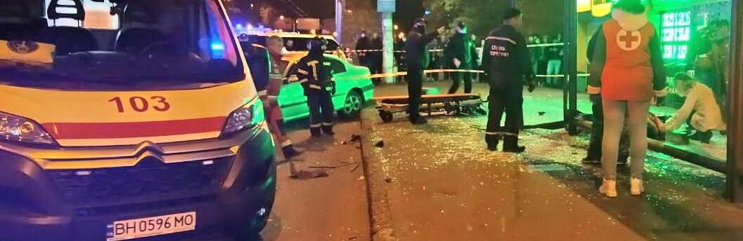 В Одессе автомобиль влетел в остановку с людьми, есть пострадавшие,...0