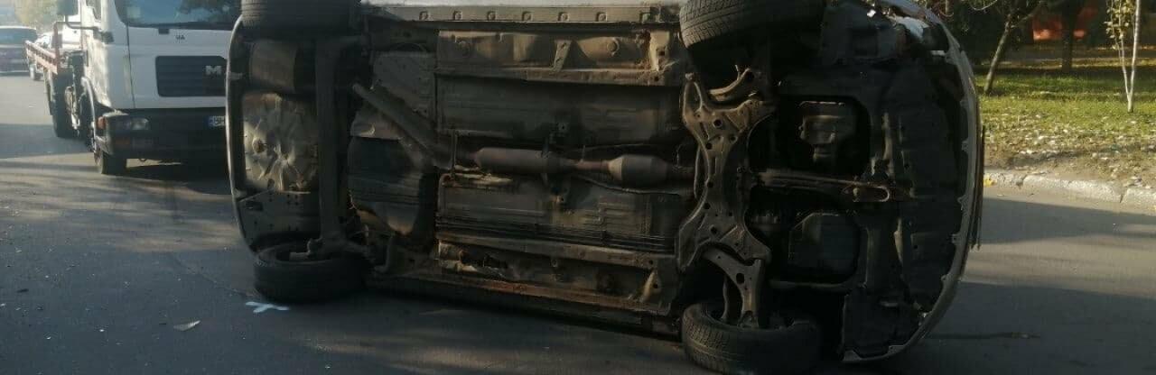В Одессе Toyota въехала в припаркованные автомобили и перевернулась...0