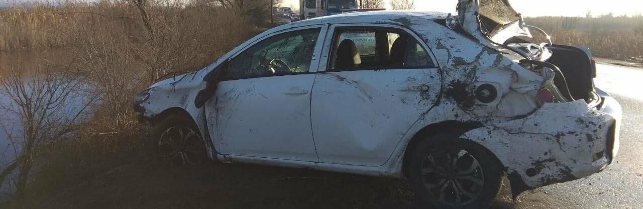 Водитель автомобиля не справился с управлением и слетел в озеро под...0
