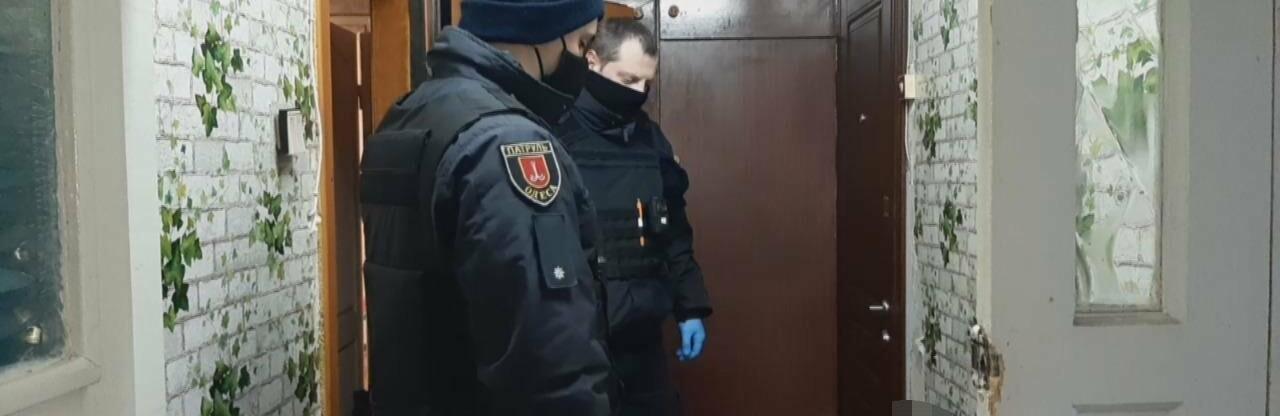 Появилось видео задержания мужчины, который гулял по Одессе с окров...0