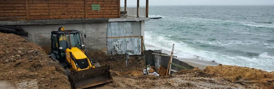 Нахалстрой на побережье Одессы: владельцы кафе захватили кусок пляж...0
