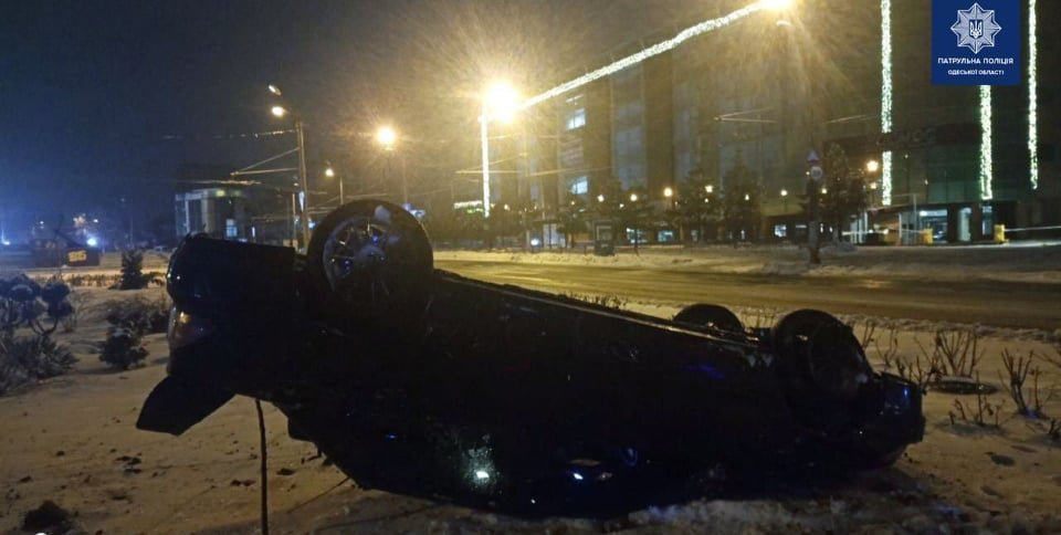 В Одессе на площади 10 апреля перевернулся автомобиль, - ФОТО0
