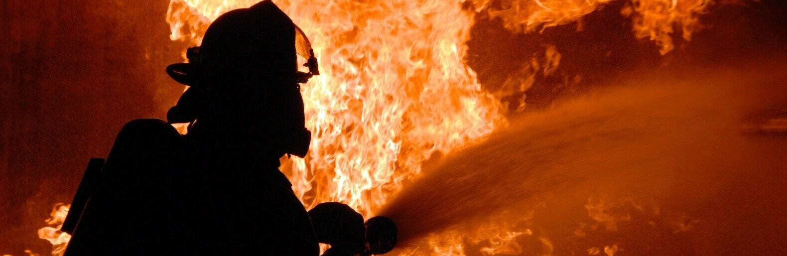 Пожарные спасли дворника из горящего помещения0