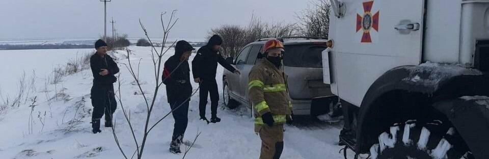 Вез продукты и застрял: спасатели доставали автомобиль из сугроба,...0